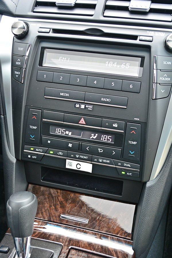 U形造型中控台,內建CD/MP3主機,全車系都附有USB讀取裝置和AUX-IN插...