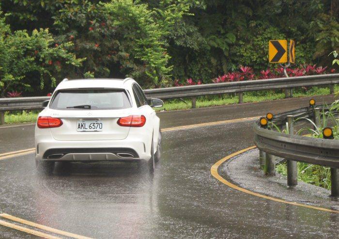 C250 Estate於一般道路行駛時,擁有穩定舒適的行車感受,而運動化懸吊,也...