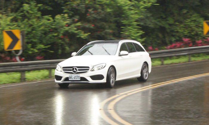 C250 Estate的路感回饋清晰,且懸吊支撐力佳,能應付一般熱血駕駛的操駕需...