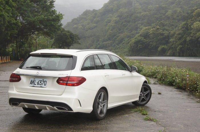 M.Benz始終強調安全性,尤其全車系搭載PRE-SAFE主動安全防護系統,能降...