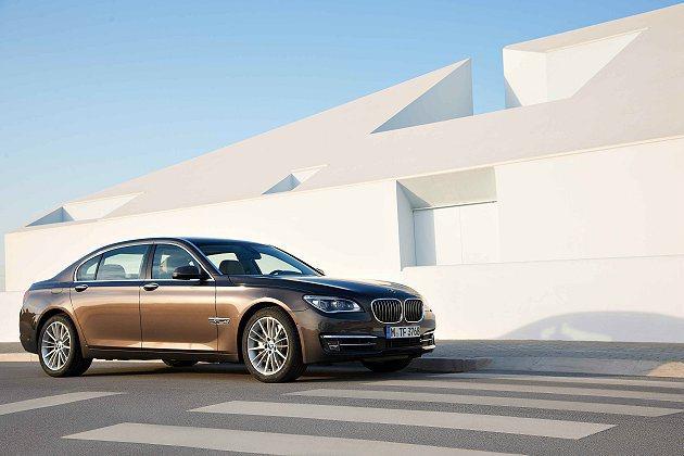 7系列的線條流暢優雅,比例加大的腎形水箱護罩改為9柵式。 BMW