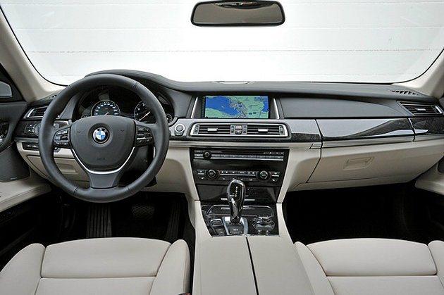 置身於7系列的車室裡,可說舒適與豪華兼具。 BMW