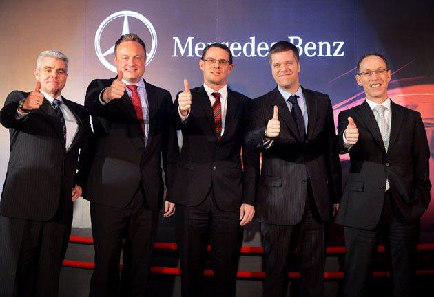左起為台灣賓士售後服務處副總裁史安德、台灣賓士財務長艾思文、台灣賓士總裁邁爾肯、...