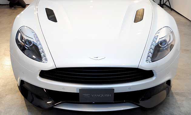 車頭除了以往品牌的銳利之外,引擎蓋上的輪廓與下方有碳纖維空力套件。 蔡志宇