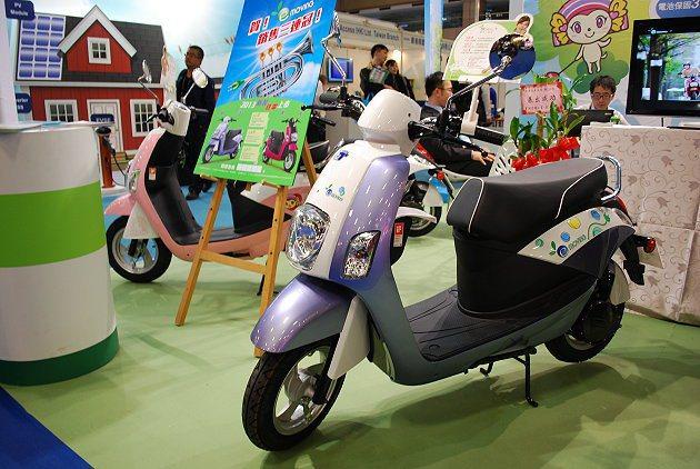 e-moving發表全新年式「桃喜紅」和「羅蘭紫」新車色車型。 趙惠群