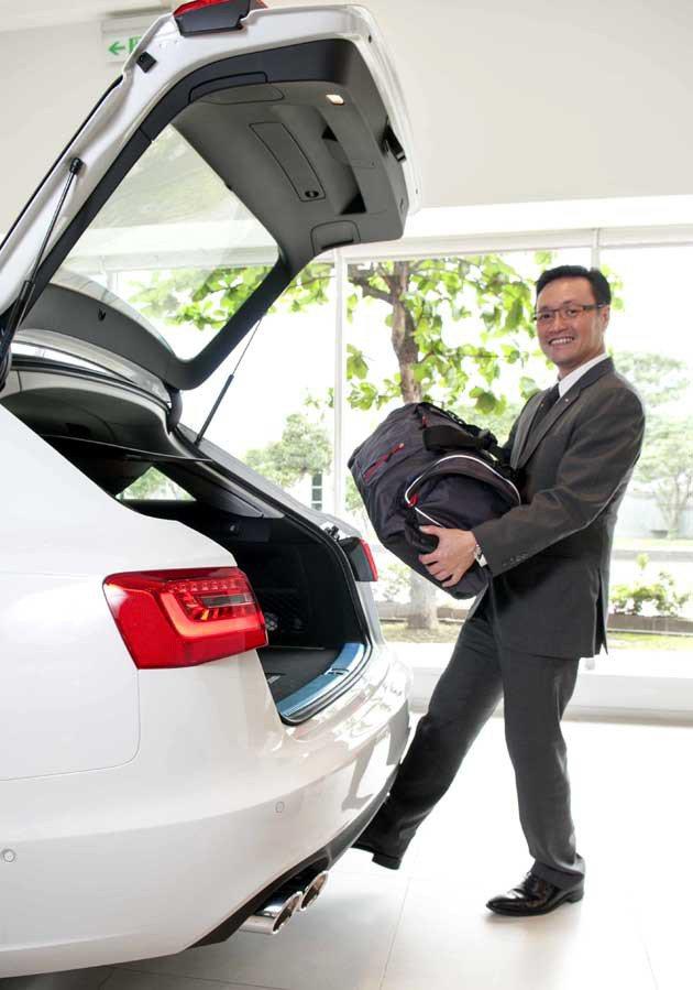Audi Taiwan總裁邱山祥親自示範體感尾門開啟。 蔡志宇