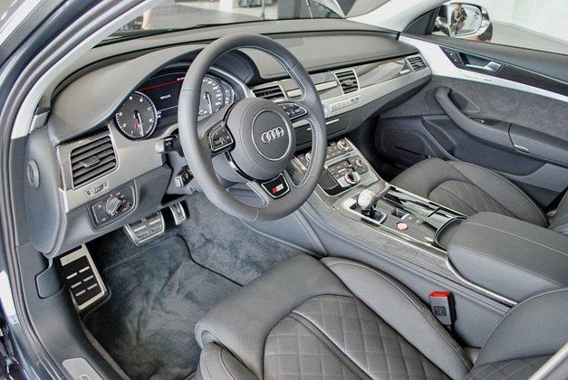 S8內裝不改A8的奢華鋪陳,但增強許多跑車元素,深色皮革綴以車內多皮碳纖飾板,透...