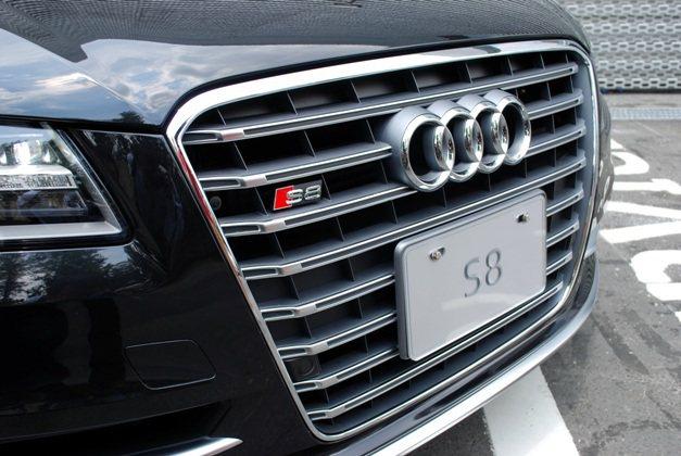 盾形水箱護罩採S車系獨有的鉑金灰塗裝,內嵌鍍鉻的八片式橫柵,讓它更具跑車的侵略性...