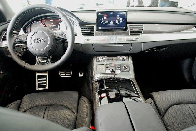 駕駛座有S8專屬三輻式跑車方向盤,採對比色縫線,而中控台與鞍座上操控界面井然有序...