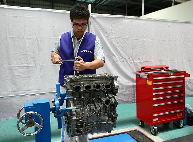 參與LSTEC服務技能競賽的參賽者,全神貫注於引擎綜合故障診斷排除、維修技巧等術...