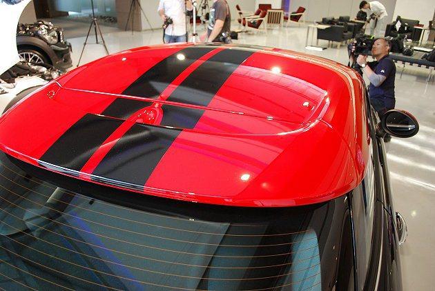 MINI JCW Coupe紅色車頂上有賽道風格黑色條紋。 趙惠群