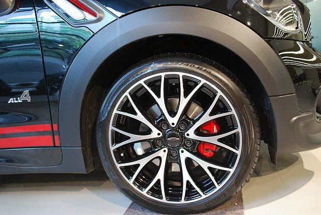 MINI JCW各車型皆換上JCW專屬的紅色煞車卡鉗。 趙惠群