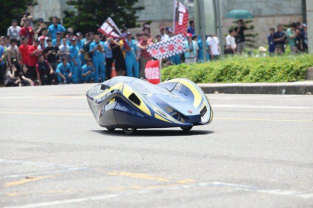 環保節能車大賽競爭激勵,上百位同學為環保車款加油。 中華民國自動機工程學會