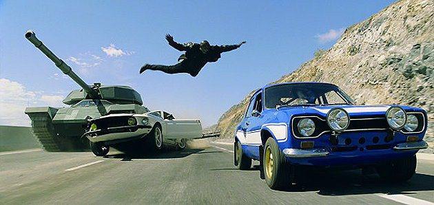 右邊藍色車為FORD Escort MKI RS。 環球影片