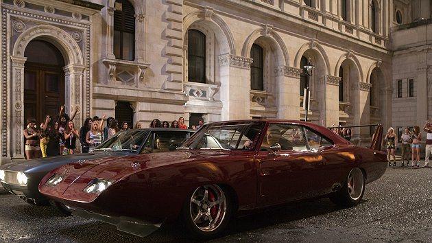 莉蒂在與唐老大在倫敦街頭準備尬車。 環球影片