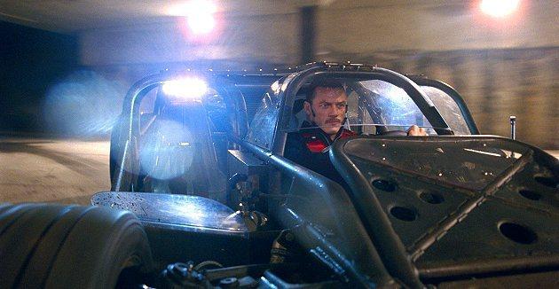 大壞蛋歐文蕭駕駛衝鋒車。 環球影片