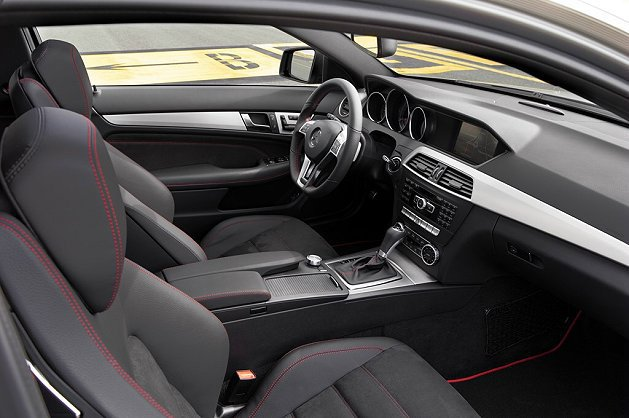 C 250 Sport內裝材質以黑色 ARTICO 精緻皮革與DINAMICA編...