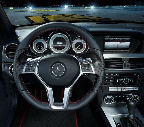 方向盤特地使用摩擦力極佳的Nappa真皮,左右兩側有銀色換檔撥片。 M-Benz