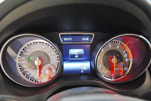 多彩儀表採筒形設計,中央有行車資訊與旅程電腦顯示螢幕。 趙惠群