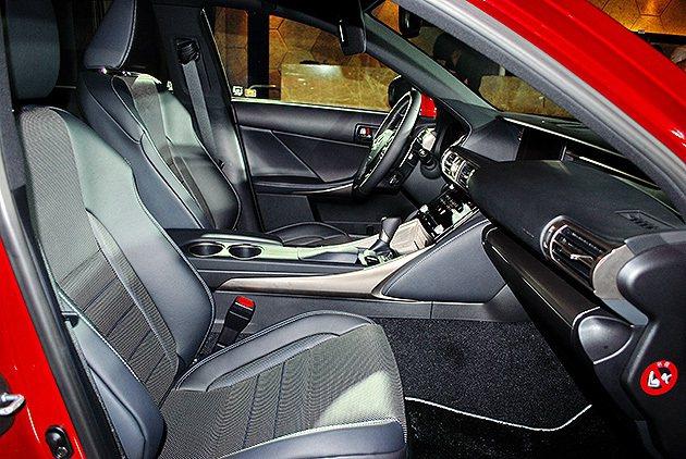 跑車化座椅包覆強化,圖為F_SPORT車型半皮半布混搭式樣。 趙惠群