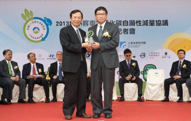 保護署署長沈世宏(左)頒獎給各個品牌的代表。 編輯部