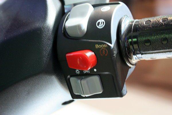 紅色按鈕為Boost加速器,可體驗暫時的加速感。 林和謙