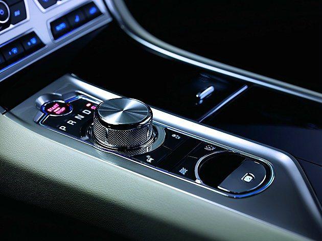 中控台上最引人注目的智慧型自動開啟空調出風口以及JaguarDrive Sele...