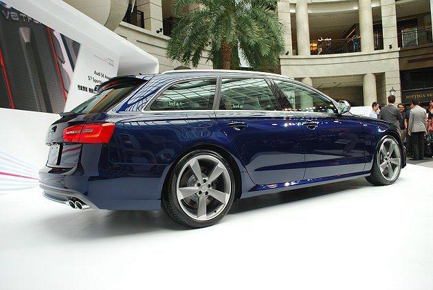 S6 Avant配大型跑胎,並有立體的側裙,車頂有霧面鋁質車頂架。 趙惠群