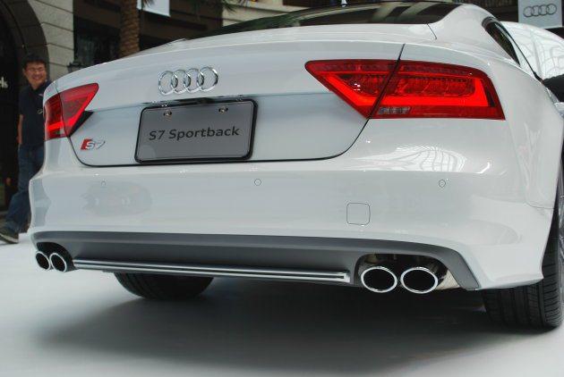 S7 Sportback車尾下擾流結合鋁質飾板,並嵌入四出尾管。 趙惠群