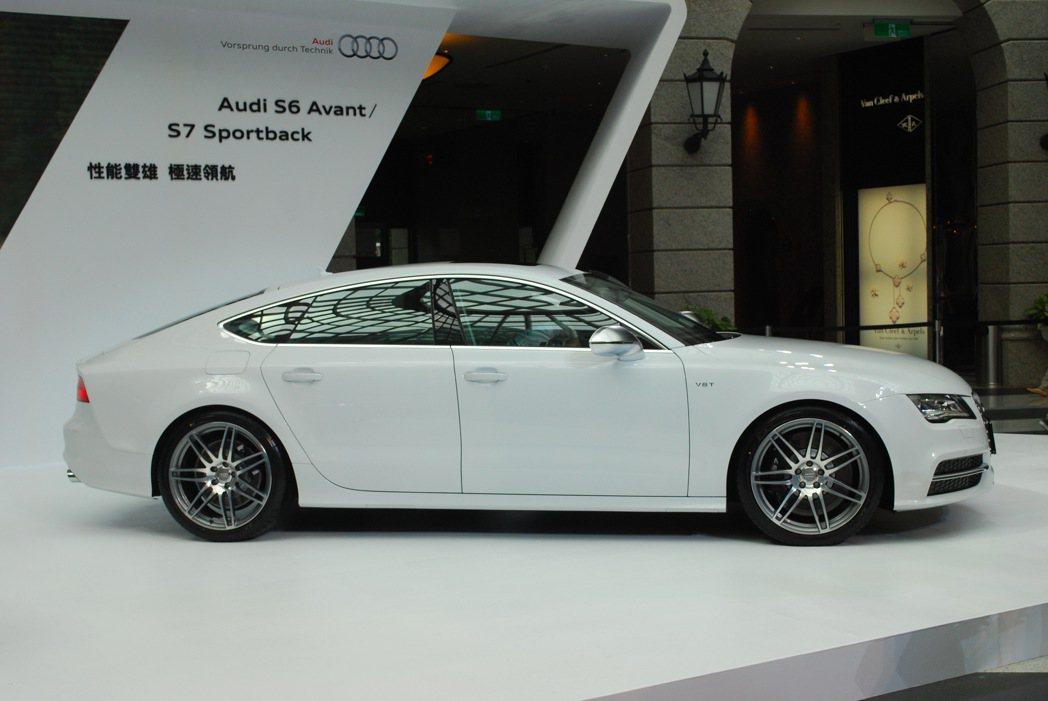 S7 Sportback結合轎跑的造型元素,有修長的車身,車頂線條向後收斂下拋。...