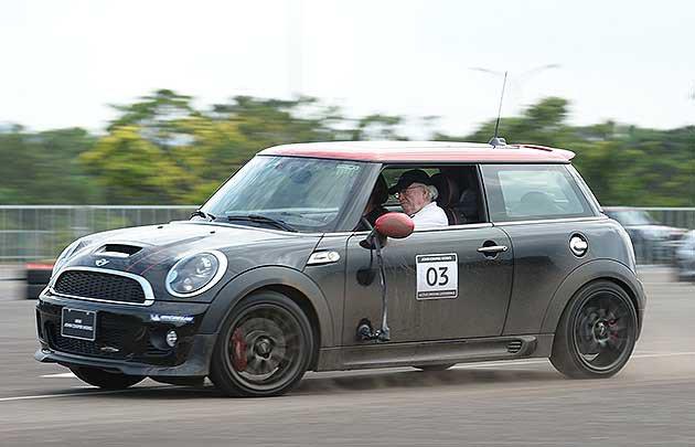 高齡75歲,駕駛技巧一樣極端。 蔡志宇