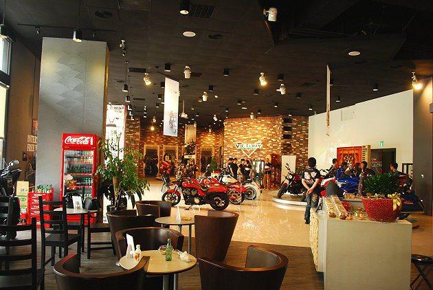 內湖旗艦店空間大,並有設立休息區。 趙惠群