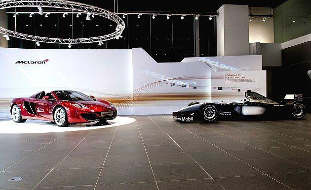 McLaren Taipei旗艦中心還展示一輛F1賽車(右)。 McLaren