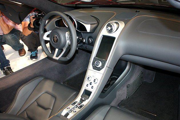 中控台向下沿伸,包括觸控式螢幕、行車模式選項、電子手煞車等等。 林和謙