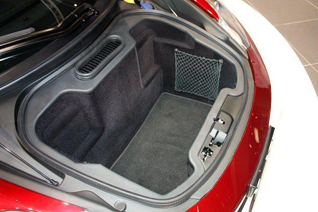 車頭蓋下方有144公升的行李廂空間。 林和謙