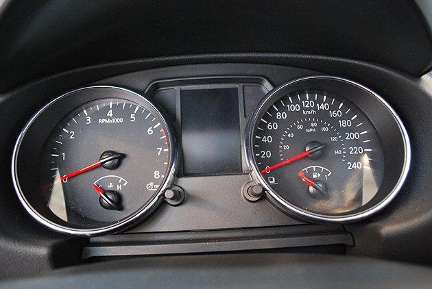 儀表為時尚冷光風格,雙表中央則是行車資訊顯示儀。 趙惠群