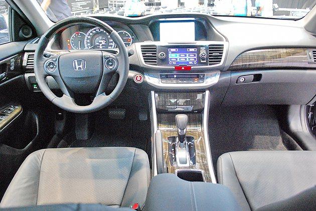 九代Accord內裝設計深沈而用料細膩,各操控界面和中控數位功能的齊備使它深具科...