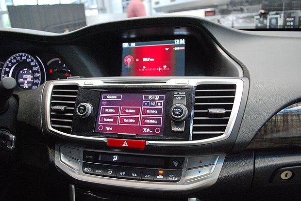 中控台資訊採分區資訊顯示,最上層為i-MID智慧資訊顯示,可顯示音響旅程電腦與油...