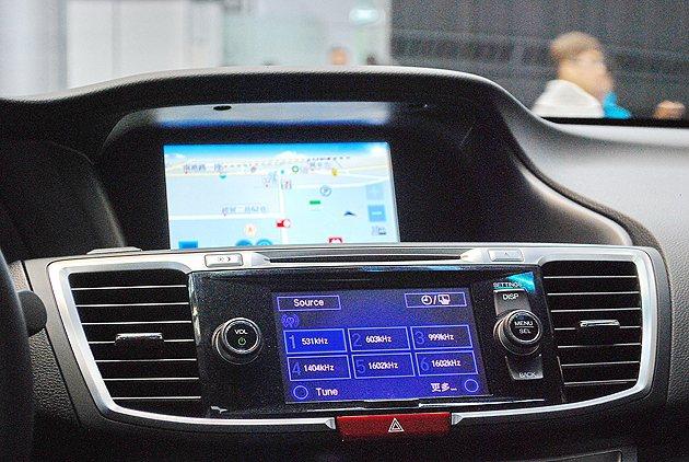 中控台有結合藍牙導航等功能,多媒體系統並有中文化操控界面。 趙惠群