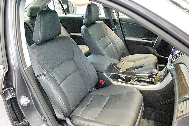 真皮座椅看似包覆性頗佳,頂級車型座椅6向電動可調,駕駛並附記憶功能。 趙惠群