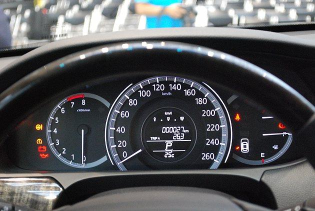 儀表由雙環設計改為三環式配置,速度表上附有行車資訊顯示液晶螢幕。 趙惠群