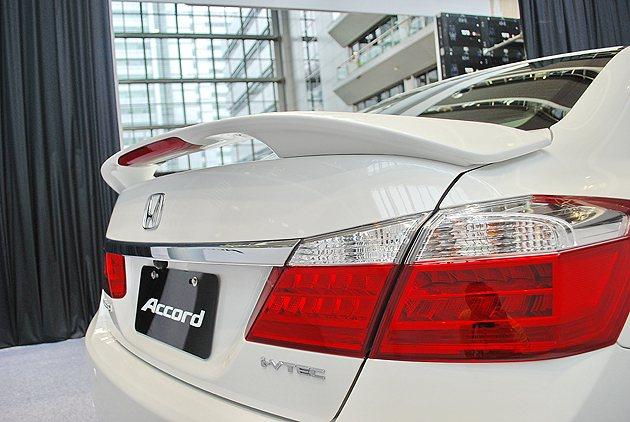 頂級車型追加空力套件並有大型尾翼。 趙惠群