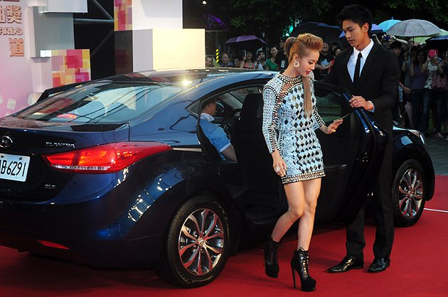 本次無緣最佳女演唱人的蔡依林是第一個搭著Elantra入場的明星。 蔡志宇