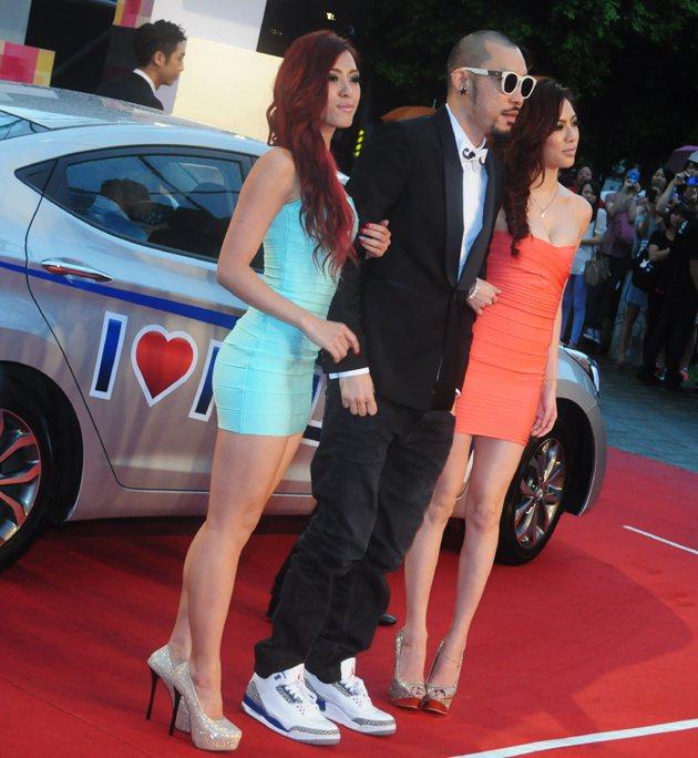 MC Hot Dog帶著兩個辣妹也搭著Elantra入場。 蔡志宇