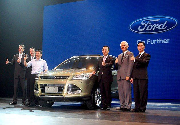 亞太區市場行銷副總裁 Brett Wheatley(左一)、大中華區董事長暨首席執行長 John Lawler(左二)、福特六和汽車總裁范炘(右三)一同發表Kuga。 蔡志宇