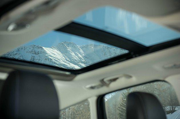 雙景式天窗讓全家可躺在車內,享受滿天星光下的天倫之樂。 Ford提供