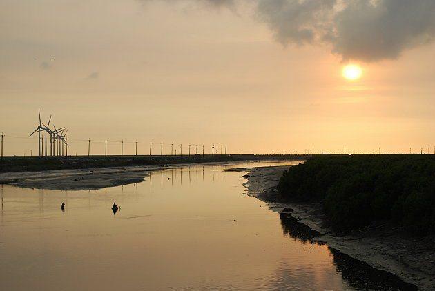 芳漢路大排出海口風車與流水的美景。 記者趙惠群/攝影