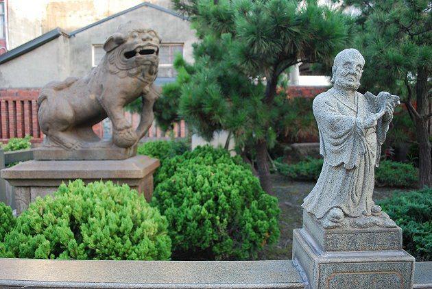 龍山寺前庭的羅漢與石獅。 記者趙惠群/攝影