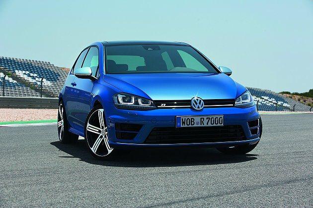 Golf R配備全新雙氙氣式車頭燈,並搭配18吋鋁圈。 VW提供