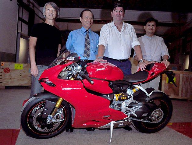 紅點設計執行長Peter Zec(右二)親自來到台北為展覽品拆箱。 蔡志宇